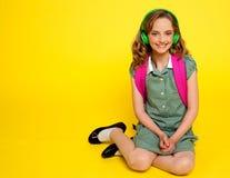 Joli gosse de fille écoutant la musique Photographie stock libre de droits