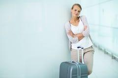 Joli, jeune passager féminin à l'aéroport Image libre de droits