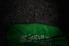 Joli jour de l'illustration du drapeau 3d - image foncée de drapeau de l'Arabie Saoudite avec de grands plis sur l'asphalte foncé illustration stock