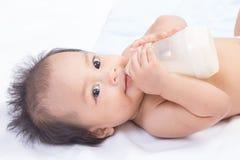 Joli lait boisson de bébé images libres de droits
