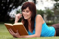 Joli lecteur de livre photos stock