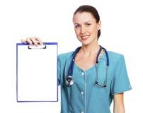 Joli médecin ou infirmière féminin avec la planchette photographie stock libre de droits