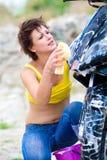Joli modèle avec la moto noire Images libres de droits