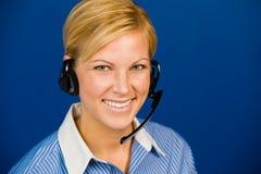 Joli opérateur de centre d'attention téléphonique de sourire Photos stock