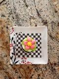 Joli petit gâteau de fleur image stock