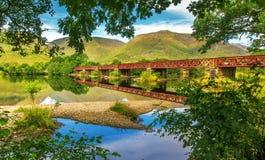 Joli pont au-dessus de loch écossais Images libres de droits