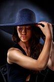 Joli portrait élégant du ` s de femme avec le chapeau violet image libre de droits