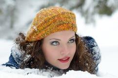 Joli portrait de femme extérieur Photographie stock libre de droits