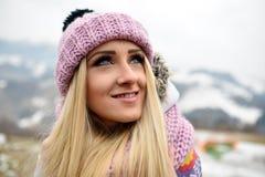 Joli portrait de femme extérieur en hiver Images stock