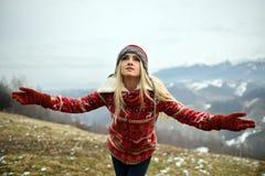 Joli portrait de femme extérieur en hiver Photo stock