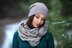 Joli portrait de femme extérieur en hiver avec la neige Photo stock