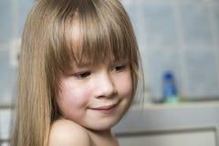 Joli portrait de visage de fille, enfant de sourire avec de beaux yeux et longs cheveux justes humides sur le fond brouill? de la images stock