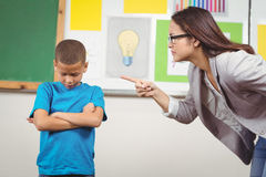 Joli professeur réprimandant un élève photographie stock libre de droits