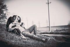 Joli repos de couples extérieur dans la forêt Photographie stock libre de droits