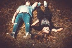 Joli repos de couples extérieur dans la forêt Image libre de droits