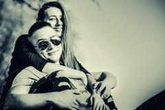 Joli repos de couples extérieur dans la forêt Images libres de droits