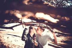 Joli repos de couples extérieur dans la forêt Photos libres de droits