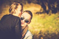 Joli repos de couples extérieur dans la forêt Photos stock