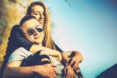 Joli repos de couples extérieur dans la forêt Photo stock