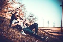 Joli repos de couples extérieur dans la forêt Photo libre de droits