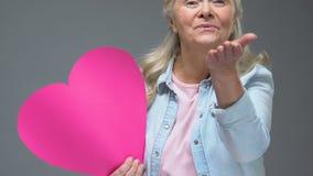 Joli signe supérieur de coeur de dame envoyant le baiser d'air, relations romantiques, valentine banque de vidéos