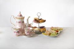 Joli thé d'après-midi sur le fond blanc Photo libre de droits