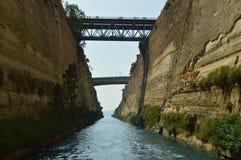 Joli tir du canal de Corinthe avec les ponts précis le croisant d'un côté à l'autre Architecture, voyage, paysages images stock