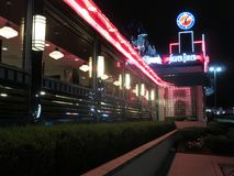 Joli tout le wagon-restaurant argenté américain la nuit image libre de droits