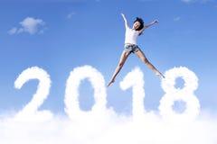 Joli vol de fille au-dessus des numéros 2018 Photographie stock libre de droits