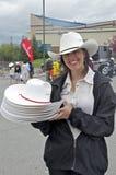 Joli volontaire avec les chapeaux de cowboy blancs Photographie stock