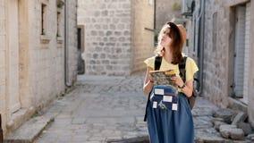 Joli voyageur de femme voyageant en Europe et belle visite touristique l'explorant dans Monténégro Fille de hippie dans le chapea banque de vidéos