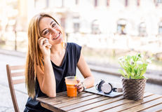 Joli wioman dans un restaurant de barre Images libres de droits