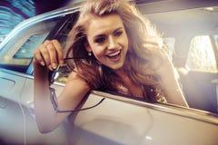 Jolie équitation de dame dans une limousine Photographie stock