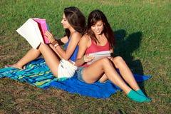 Jolie étude d'adolescents d'université Photos stock