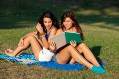 Jolie étude d'adolescents d'université Images stock