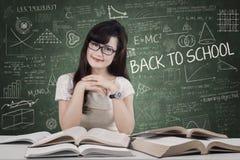 Jolie étudiante dans la salle de classe Images stock