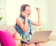 Jolie adolescente avec l'ordinateur portable image stock