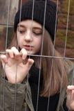 Jolie adolescente dans un environnement urbain Photo stock