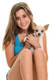 Jolie adolescente et son petit chien de chiwawa Photo stock