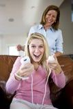 Jolie adolescente jouant des jeux vidéo à la maison Images libres de droits