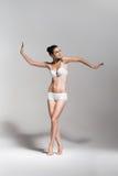 Jolie ballerine de danse dans le studio blanc Photos stock