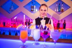 Jolie barmaid se tenant au compteur de barre photo libre de droits