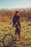 Jolie bicyclette d'équitation de fille dans le domaine Photos libres de droits