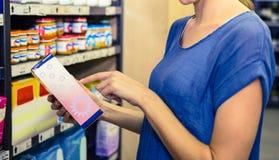 Jolie boîte de cueillette de femme dans l'étagère Image stock