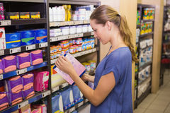 Jolie boîte de cueillette de femme dans l'étagère Photo libre de droits
