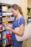 Jolie boîte de cueillette de femme dans l'étagère Image libre de droits