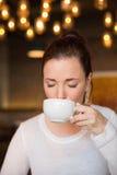 Jolie brune ayant la tasse de café Image stock