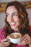 Jolie brune ayant la tasse de café Images libres de droits