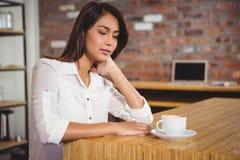 Jolie brune ayant la tasse de café Images stock