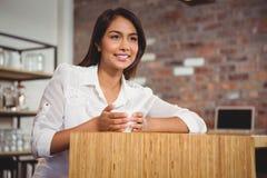 Jolie brune ayant la tasse de café Photographie stock